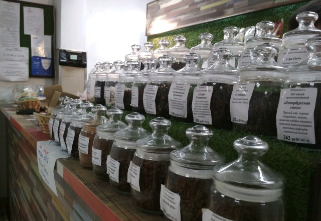 Магазин разливного пива и весового чай на входе в супермаркет