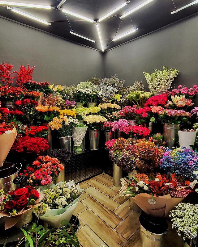 Цветочный салон с кофейней в центре