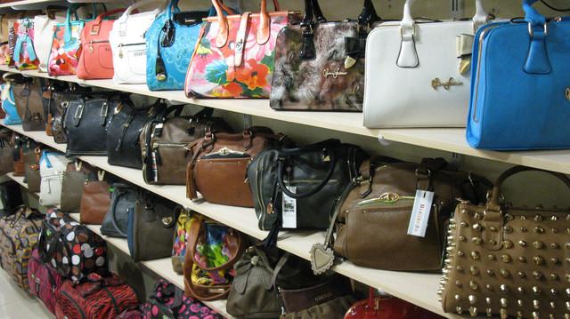 Магазин итальянских сумок в ТЦ рядом с метро