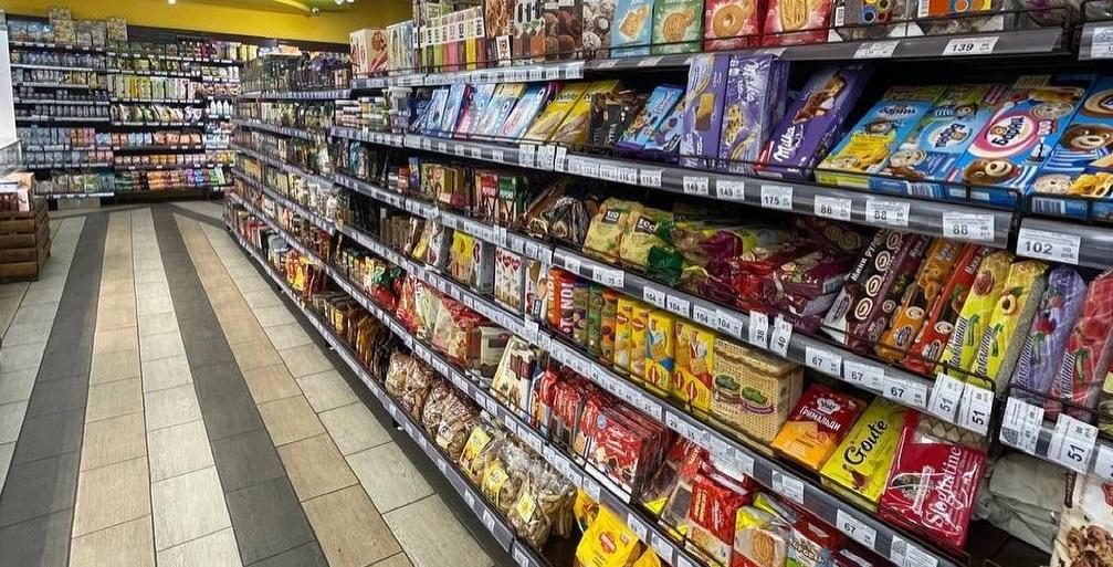Магазин продуктов на проходном месте