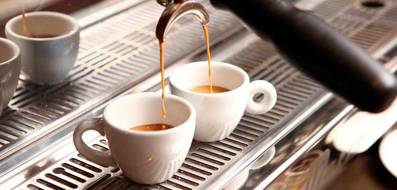 Кофе с собой на оживленном проспекте